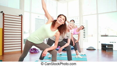 classe yoga, femmes, étirage