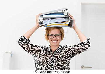 classeurs, femme affaires, sourire, bureau