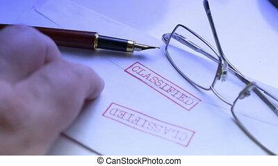 classifié, tapotement, doigts, document