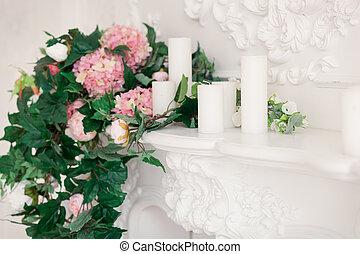 classique, blanc, intérieur, de, salle de séjour, à, cheminée, et, bouquet, de, fleurs ressort, sur, il