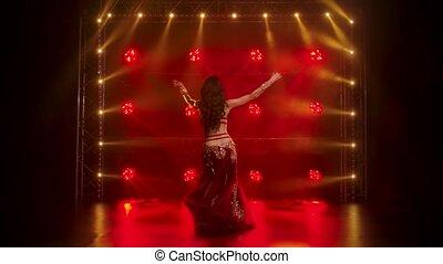 classique, ventre, déguisement, exécute, coup, girl, fumée, dance., brillant, néon, studio, oriental, lighting., sombre, rouges