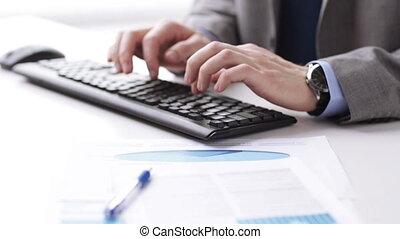 clavier, mains haut, dactylographie, fin, homme affaires