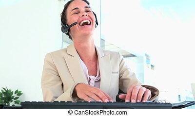 clavier, types, elle, casque à écouteurs, prend, fermé, femme