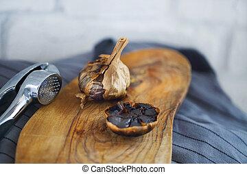 clavos, bombillas, de madera, ajo, plano de fondo, negro