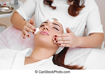 Cleansing peeling at the beauty salon. - Beautician makes ...