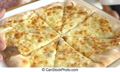 cliché fromage, prendre, mains, coupures, petit, pizza