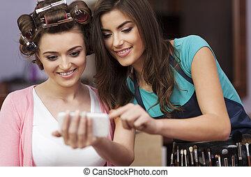 client, artiste, mobile, maquillage, regarder, téléphone,...
