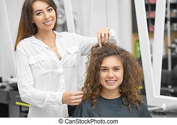 client., bouclé, fonctionnement, jeune, styliste coiffure, femme, sourire