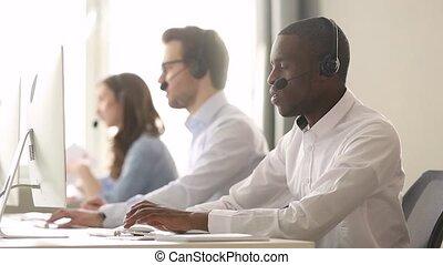 client, casque à écouteurs, consultant, centre, agent, sans fil, appeler, usure, africaine, concentré