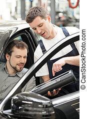 client, expliquer, séance, auto, siège, confiant, quelque chose, mécanicien, voiture, devant, owner.