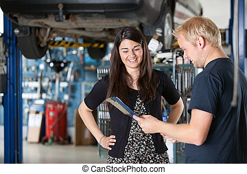 client, femme, mécanicien, heureux