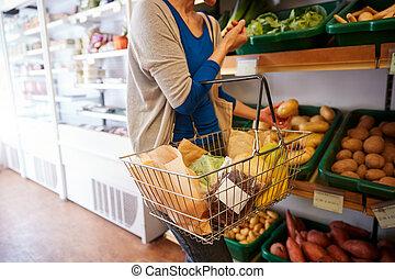 client, femme, organique, grand plan, panier, produire, achat, magasin ferme, frais, achats