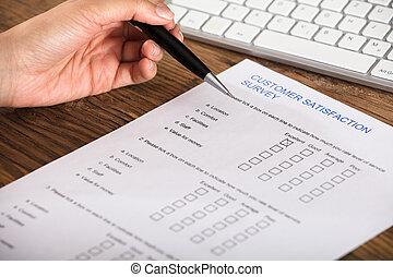 client, formulaire, femme affaires, satisfaction, remplissage, enquête