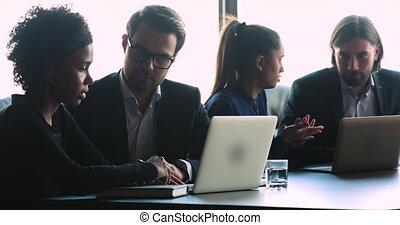 client, logiciel, africaine, femme affaires, ligne, discuter, sérieux, collègue, consultant
