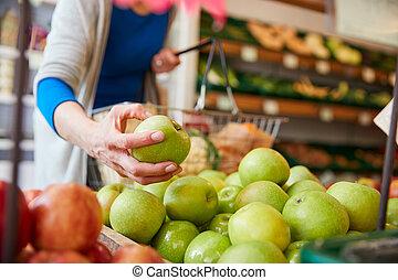 client, organique, grand plan, femme, panier, achat, magasin ferme, pommes fraîches