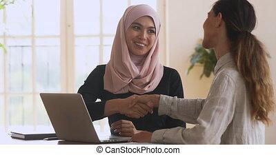 client, poignée main, directeur, caucasien, asiatique,...