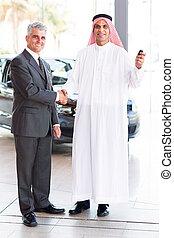 client, poignée main, voiture, personne agee, vendeur, arabe