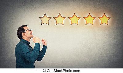 client, réaction, ravi, accomplissement, étoiles, reussite, serré, poings, homme affaires, célébrer, positif, service., gai, propriétaire, compagnie, excellent, reçoit, approval., earns, patron, cinq, classement, garde
