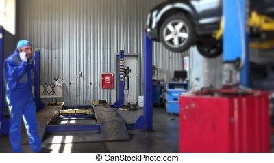 client, réparation, soulevé, shop., voiture, fâché, conversation, mécanicien, auto