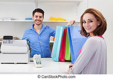 client, remettre, achats, sur, caissier, sac