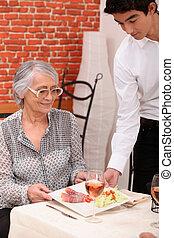 client, servir, plus vieux, serveur, jeune, déjeuner