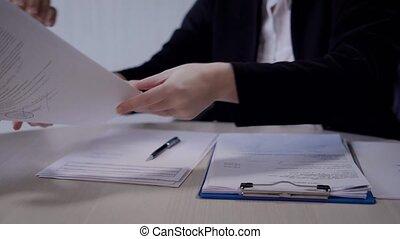 client, spécialiste, documents, vendeuse, service, bureau, clients, donner, certificats, autre, département, accords