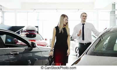 client, sur, femme, conseiller, vendeur, voiture, automobile, dit, vient