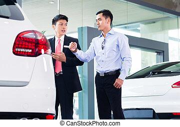 client, vente, voiture, asiatique, vendeur auto