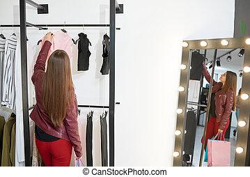 cliente, è, andare, comprare, vestiti, in, il, shop.
