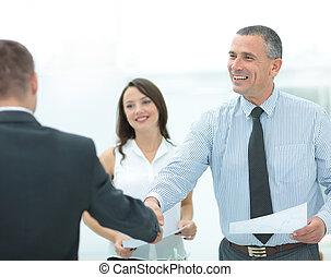 cliente, aperto mão, escritório, negócio, após, assinando,...