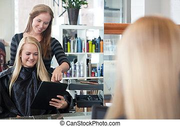 cliente, com, tablete digital, em, salão cabelo