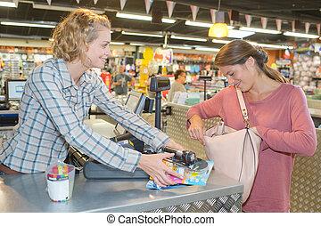 cliente, comprando alimento, em, supermercado, e, fazer, verificação