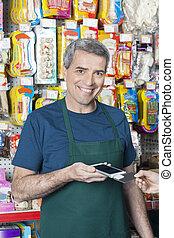 cliente, credito, aceptando, sonriente, vendedor, pago, tarjeta