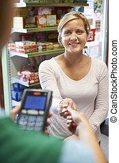 cliente, en, tienda, pagar, con, tarjeta de crédito