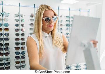 cliente, gafas de sol, hembra, óptica, shooses, tienda