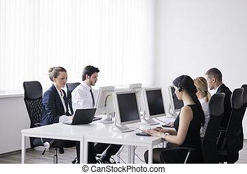 cliente, grupo, trabalhando escritório, comércio pessoas, escrivaninha, ajuda