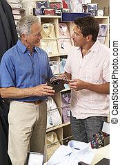 cliente, in, deposito vestiti, con, assistente vendite