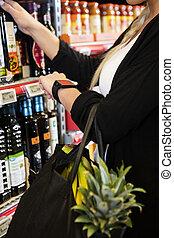 cliente, llevando, reloj, elegante, supermercado
