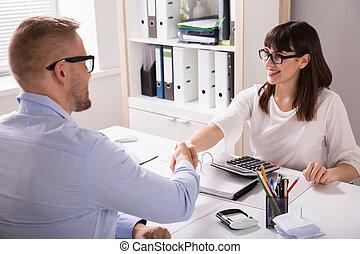 cliente, mano, consejero financiero, sacudida