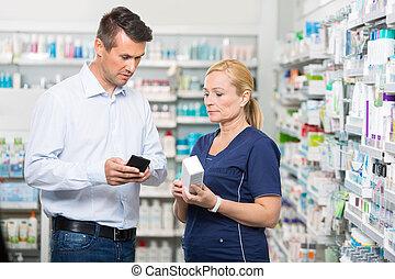 cliente, mostrando, produto, informação, ligado, telefone móvel, para, pharmaci
