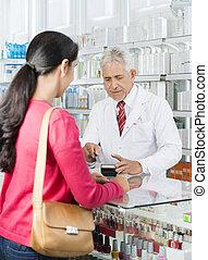 cliente, posición, farmacia, mientras, tarjeta, golpeando, químico