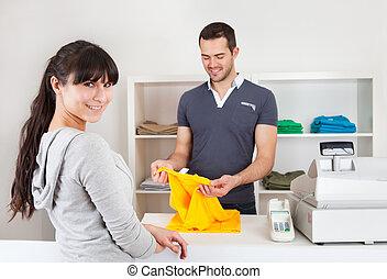 cliente, ropa de compra, en, tienda
