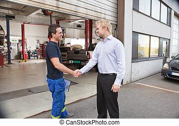 cliente, sacudida, mecánico, manos