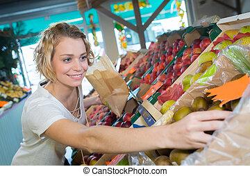 cliente, scegliere, frutte, in, drogheria, negozio