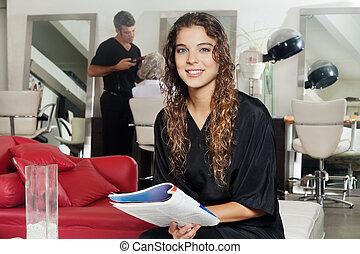 cliente, segurando, revista, com, cabeleireiras, trabalhar,...