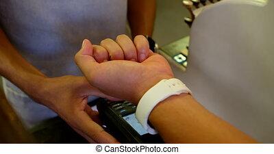cliente, smartwatch, attraverso, 4k, pagamento fabbricazione