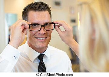 cliente, sobre, lentes, óptico, el consultar, optometrista, o