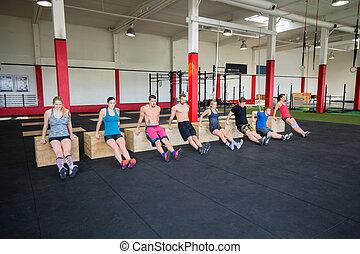 clientes, amaestrado, tríceps, luces cortas, en, gimnasio