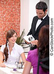 clienti, ristorante, cameriere, versare, fuori, vino