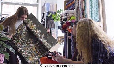 clients, concepteur, jeune, tissu, robe, spectacles